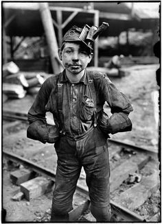 "So sad....Child labor... a young mine worker in West Virginia, 1908. By Lewis Wickes Hine. TEMA ""Trabajo de los niños en América 1908-1912"""