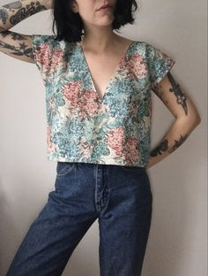 Frond Deep V in Vintage Floral « niubi. Diy Clothing, Sewing Clothes, Clothing Patterns, Sewing Shirts, Modern Sewing Patterns, 70s Fashion, Look Fashion, Fashion Outfits, Floral Fashion