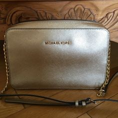 NWOT Michael Kors jet set large crossbody gold Gorgeous gold crossbody Michael Kors jet set! No trades only looking to sell. Just bought it in light pink! Only selling if I can get close to what I paid. I paid full price for this. Don't miss out. It's a beautiful bag!!!!! Michael Kors Bags Crossbody Bags
