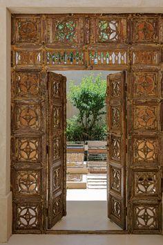 Entrada a una casa inspirada en los riads marroquíes que les mostramos en Living Febrero. Más fotos en el sitio. Riad, Arch, Exterior, Outdoor Structures, Instagram, Home Decor, Home, Courtyards, Lighting Design