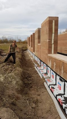 #rammedearth #earthbuilding #greenbuillding Building Systems, Building Art, Green Building, Rammed Earth Homes, Rammed Earth Wall, Sustainable Architecture, Residential Architecture, Contemporary Architecture, Pavilion Architecture