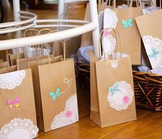 Bellas bolsas de papel con blondas - Dale Detalles Holiday Tables, 5th Birthday, Paper Shopping Bag, Wedding Cards, Diy And Crafts, Projects To Try, Wraps, Packaging, Gift Wrapping