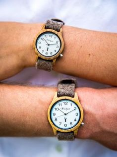 AKTION: Zu Ihrer Alpin Herrenuhr von Waidzeit erhalten Sie ein graues Lederband  im Wert von EURO 29,00 kostenlos dazu!  Aktion gültig bis 31. 12. 2018 - keine Barablöse möglich. Retro Stil, Wood Watch, Watches, Accessories, Leather Cord, Handmade, Nice Asses, Wooden Clock, Wristwatches