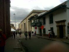 Museo de la Independencia y Palacio de Justicia, al fondo. Plaza de Bolívar, Bogotá.
