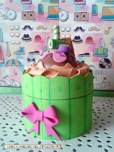 """Tarro de crema de manos forrado a mano en goma eva, con forma de cup cake, con detalles en forma de dulces y golosinas. De """"Las cosicas de piruleta"""", en tonos verdes y color crema."""