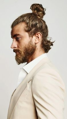 These 35 Guys Styling Their Hairbun Will Inspire You For Your Next Haircut Haarknoten-Frisur-Ideen f Medium Long Hair, Medium Hair Cuts, Long Hair Cuts, Hipster Haircut, Short Haircut, Mens Ponytail Hairstyles, Hairstyle Ideas, Men's Hairstyles, Hair And Beard Styles