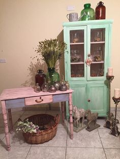 Annie Sloan Chalk paint: Antibes Green, Old White, Antoinnete, Louis Blue.