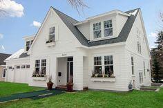 Graues Dach und grüne Flächen für ein modernes weißes Haus Design - Weiß als die beste Fassadenfarbe für Ihr Zuhause