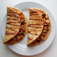 Good morning  〰〰〰 35g oats flour 15g (toffee) protein powder 1 egg 100ml almond milk  and pinch of baking powder ➡ all mix and fry. Filled with caramelized cinnamon apple with raisins and walnuts. Topped with date syrup :) . 〰〰〰 Krásné ráno :) . 35g ovesné mouky 15g (toffee) proteinu 1 vejce 100ml mandlového mléka Špetka prášku do pečiva ➡ smíchat a opéct na kvalitní pánvi. Naplněno opečeným jablkem na trošce másla se skořicí, rozinkami a vlašskými ořechy, zakápnuto datlovým sirupem. ☺
