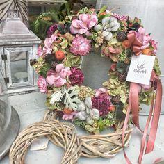 Hello autumn door hanger #wreaths #fall #autumn #homedecor #kopogtató #difiori #ősz Hello Autumn, Door Hangers, Floral Wreath, Wreaths, Doors, Crown Molding, Fall, Home Decor, Crown Moldings