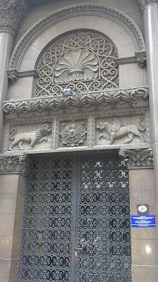 Los relieves y apliques recuerdan tanto el arte medieval (la quimera, el león) como la decoración del arte islámico. Incluso los arcos de medio punto remiten al arte románico (medieval). También las rejas son de una enorme belleza. Buenos Aires, Argentina