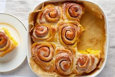 Tudjuk, tudjuk, sütőtökszezon, mindenbe is teszünk sütőtököt, de most egy egészen más verzióban: méghozzá egy sütőtökös-fahéjas csiga tésztájába! Creative Cakes, Waffles, Cake Recipes, Sausage, Bakery, Sweets, Diet, Breakfast, Healthy