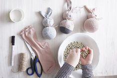 Jos pääsiäiskoristeet on hukassa, niin tuumasta toimeen. Tämän pääsiäispupun tekee muutamassa minuutissa ja hyödyntää askartelussa voi eriparisukat...