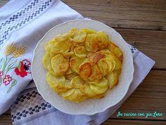 La frittata di patate senza uova è un contorno semplice ma molto gustoso. La ma ricetta di famiglia è semplicissima: patate, olio extravergine di oliva, sale e una padella antiaderente è tutto quello che occorre.