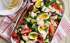 This easy, healthy salad can be ready in less than 20 minutes! With salmon, delicious vegetables, avocado and soft-boiled eggs, it's the perfect pick for a filling and nutritious lunch idea. Salmon Salad Recipes, Chickpea Salad Recipes, Summer Salad Recipes, Summer Salads, Pork Recipes, Lunch Recipes, Pickled Peaches, Peach Pork Chops, Salad With Balsamic Dressing