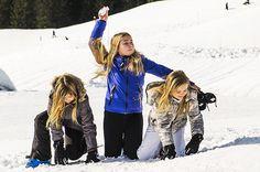 Koning Willem-Alexander en prins Constantijn zijn met hun gezinnen begonnen aan hun wintervakantie in het Oostenrijkse Lech. Maandagmorgen poseerden ze samen...