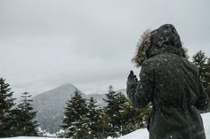 Packing light can be hard if you're traveling to a wintry climate. Here's how to use layers and what to buy to lighten your load while keeping warm. Best Winter Jackets, Winter Coats, Cities, Winter Travel Outfit, Outfit Winter, Packing List For Travel, Packing Tips, Design Poster, Cold Weather Outfits