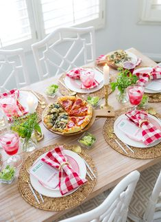 Add a little pizzazz to your family's Friday Pizza Night with tips for simple tablescape decor, drink pairings for adults and kids, and a table activity! Dinner Party Decorations, Dinner Party Table, Dinner Themes, Decoration Table, Casa Pizza, Un Diner Presque Parfait, Italian Themed Parties, Italian Night, Adult Party Themes