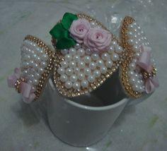 Tiara infantil rosa claro com corações em pérolas bordada com strass e botões de flor para encantar as princesas.