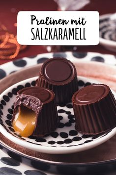 Chocolate candies with salted caramel - Pralines with salted caramel Make chocolate pralines yourself with a caramel filling Sweet dessert, - Salted Caramel Chocolate Cake, Chocolate Bonbon, Chocolate Caramels, Chocolate Hazelnut, Chocolate Candies, Dessert Chocolate, Sweet Desserts, Sweet Recipes, Cupcakes