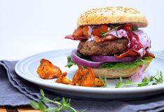 Hjorteburger med tyttebærdressing & kantarell - Med hjerte for mat Salmon Burgers, Den, Bacon, Ethnic Recipes, Food, Essen, Meals, Yemek, Pork Belly