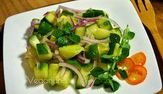 Simples, refrescante e muito deliciosa, esta salada é uma entrada perfeita especialmente no verão.  Eu fiz esta saladinha no nosso verão aq...
