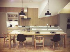 DOCRYS. Cocina de exposición de la marca SANTOS. Modelo SEDA mate en color gris arena. Encimera de 1,2 cm de grosor en SILESTONE Blanco Zeus.