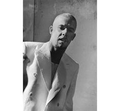 Dans l'intimité d'Alexander McQueen http://www.vogue.fr/photo/le-portfolio-de/diaporama/love-looks-not-with-the-eyes-lee-alexander-mcqueen-par-anne-deniau-aux-editions-la-martiniere/10861/image/649785#14