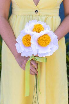 DIY Felt Pom Pom Flowers // Make cute felt flowers with this easy pom pom tutorial! Create beautiful fabric flowers for photo shoots, home decor and parties Pom Pom Flowers, Felt Flower Bouquet, Felt Flowers, Fabric Flowers, Pom Pom Crafts, Flower Crafts, Pom Pom Clutch, Pom Pom Tutorial, Pom Pom Mobile