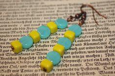 Orhänger in tollem Gelb und Türkis.    Auf Kupfermaterialien habe ich türkise linsenförmige Glasperlen abwechselnd mit gelben würfelförmigen Glasperle