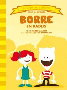 'Borre en Radijs' - Borre is samen met Pluisdier het huisdier op de speelplaats aan het frisbeeën. Op een bankje zit een meisje sip te kijken. Borre kent haar niet en gaat naar haar toe. Ze heet Radijs. Radijs is hier net komen wonen, maar nu is ze de weg naar haar nieuwe huis kwijt. Borre wil wel helpen zoeken, hij kent de buurt tenslotte als z'n broekzak. Maar het vinden van het huis van Radijs blijkt toch lastiger dan Borre denkt... (tekst: Jeroen Aalbers, illustraties: Stefan Tijs)