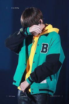 tae ;-; Pra quem não sabe a avó do tae faleceu e ele contou isso em um show, não me lembro a data exata desculpem-me ;-;