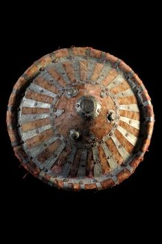Voici un rare bouclier, Amarro (peuplade Ometo) ou Amhara en métal recouvert de velours ras. Selon le livre Boucliers de la collection Barbier Muller (page 96), la guerre était un art de vivre chez les Amhara. L'armée se battait contre les musulmans, les païens ou réglait les rivalités politiques.