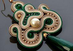 Beige grün Stoffgrund Ohrringe mit Jade. von ANBijou auf Etsy
