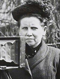 Ecofeminismo, decrecimiento y alternativas al desarrollo: Fotografiando la Gran Guerra, Christina Broom (186...