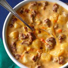 How to make the best cheeseburger soup recipe – This simple and easy award winning recipe comes from the Taste of Home magazine. It uses potatoes or frozen hashbrowns, Velveeta cheese, and of course hamburger. Made on the stovetop. Beef Soup Recipes, Cheese Burger Soup Recipes, Cheese Soup, Gourmet Recipes, Cooking Recipes, Healthy Recipes, Hamburg Soup Recipes, Cooking Ham, Herb Recipes