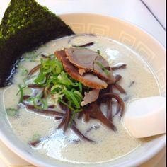 <渋谷 博多天神>乳白色の独特なスープに細麺。確実に博多の人はこれは博多のラーメンじゃないって言うラーメンw 辛し高菜がトッピングし放題なのが嬉しい。味は保証しませんが僕はたまに食べたくなる。