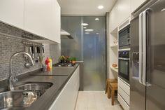 Cozinha prática e moderna. https://www.homify.com.br/livros_de_ideias/29217/conheca-um-apartamento-ecletico-deslumbrante