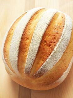 最近ちょっと注目になっている「ミルクハース」。牛乳で練った甘めのシンプルなやわらかいパンが全体的にこう呼ばれているような気がします。(たいていウリみたいなクープが入っているのね。)「ハース(hearth)」とは「炉床」の