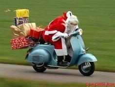 Il fait des courses à dos de Vespa pour Noël prochain !