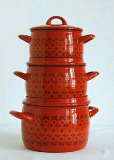 enamelware designed by Kaj Franck & Esteri Tomula for Arabia/Finel, tulee mieleen mummon mökki Kitchenware Set, Vintage Kitchenware, Deco Retro, Retro Vintage, Vintage Enamelware, Marimekko, Mid-century Modern, Modern Luxury, Kitchen Gadgets