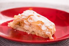 Dobra propozycja na świąteczny lub niedzielny deser. Strudel najlepiej smakuje na ciepło, z gałką lodów waniliowych lub bitą śmietaną. Jabłka z rodzynkami, cynamonem, w delikatnym cieście filo, oprószone cukrem pudrem. Skuś się! :)