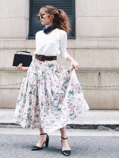 Style: Dressing Up & Down Floral Skirts – Best Fashion Advice of All Time Outdoor Fashion Photography, Dress Skirt, Midi Skirt, Posing Guide, Floral Print Skirt, Ms Gs, Modest Fashion, Korean Fashion, Vintage Fashion