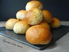 I panini al latte non mancano mai sulla tavola del buffet: soffici e semi dolci si accompagnano bene sia a ripieni salati che dolci!