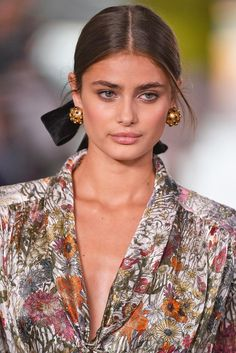 Taylor Hill - Ribbon Hair accessory trend from the Taylor Marie Hill, Taylor Hill Style, 60s Fashion Trends, New York Fashion, Fashion Hacks, Fashion Ideas, Fashion Inspiration, Inka Williams, Oufits Casual
