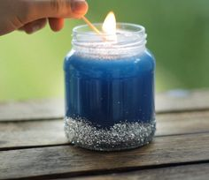 Glitzerkerze - Das perfekte Last-Minute-Geschenk Candle Jars, Mason Jars, Candle Holders, Candles, Last Minute Christmas Gifts, Last Minute Gifts, Candy Cane, Diy Gifts, Mom Blogs