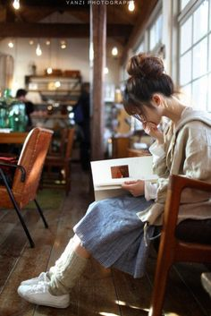 Girl reading a book. Mori Girl Fashion, Cute Fashion, Fashion Hair, Fasion, Mode Kawaii, Forest Girl, Mode Boho, Girl Reading, Reading Books