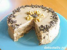En liten, superlekker valnøttkake fylt med luftig sjokoladekrem laget med kaffe, kaffelikør og Nugatti!!! Kakebunnen lages med maizena i stedet for hvetemel, noe som gir den en helt spesielt myk konsistens. Nesten som konfekt! Scones, Granola, Tiramisu, Cupcake, Pie, Pudding, Sweets, Baking, Ethnic Recipes