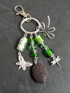 A parfumer!!! Porte clés argenté libellules et perles vertes : Porte clés par breloques-et-cie