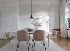 Pink kitchen chairs from Gubi. Scandinavian decorated kitchen. Ideas how to decorate with the biggest trends 2018.